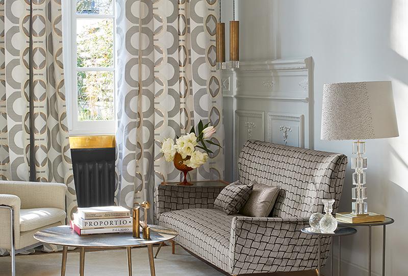 Foto di salone con divano tavolo sedia e tende del brand Zimmer+Rohde