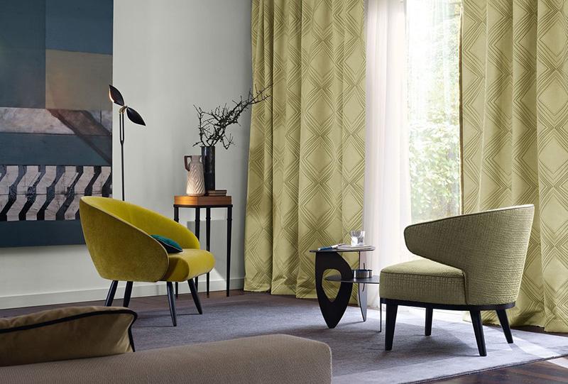 Foto di salotto con due poltrone singole con tessuto. Tende da sole Zimmer + Rohde