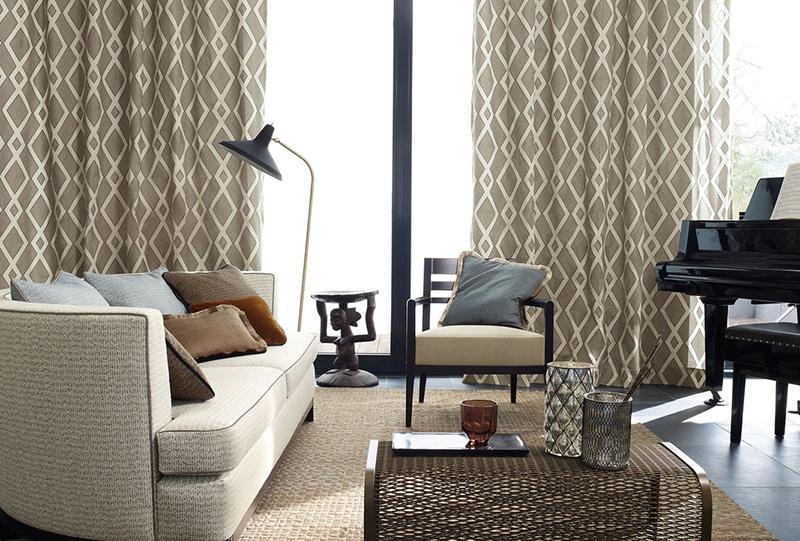 Foto d'interno salone arredato con tessuti e tende zimmer+Rohde