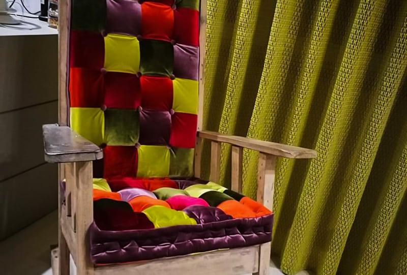 Sedia con tappezzeria patchwork e tenda in tessuto