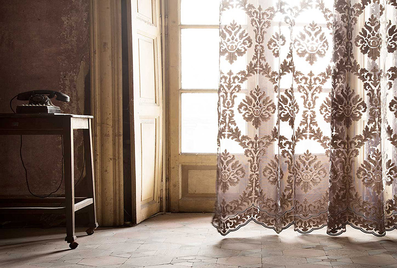 Foto di interno decorato con tenda classica del brand Fischbacher